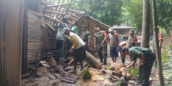 Tertimpa 2 Pohon Tumbang, Atap Rumah Warga Mondokan Sragen Remuk