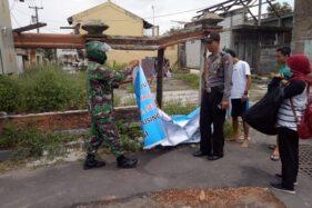 Lurah Tegaalrejo, Juwairiyah, mencopot sejumlah spanduk lockdown, Minggu (28/3/2020). (Dok kelurahan)