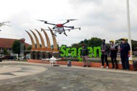 Drone sprayer menyemprotkan cairan disinfektan di area Alun-Alun Sasana Langen Putra Sragen, Sabtu (28/3/2020). (Solopos/Moh. Khodiq Duhri)