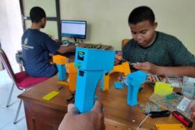 Siswa SMKN 2 Wonogiri membuat alat pengukur suhu badan atau termometer tembak (thermogun) di sekolah tersebut, Jumat (27/3/2020). (Solopos/Rudi Hartono)