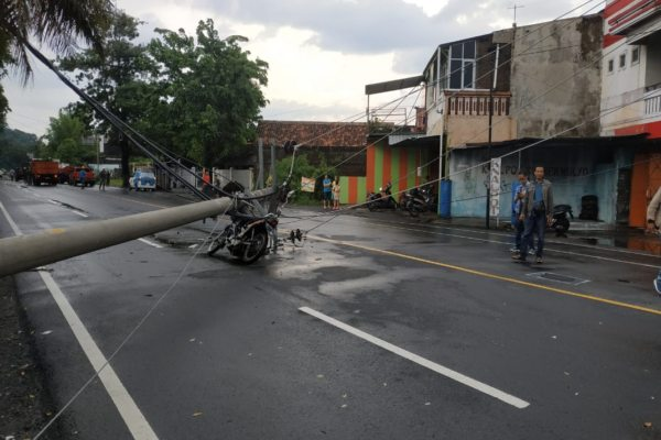 Angin Kencang Solo Tumbangkan Pohon di Jl. Ki Mangun Sarkoro, 2 Tiang Listrik Patah Timpa Motor