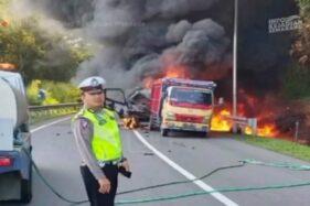 Kecelakaan Truk Tangki Vs Truk Pasir, Asap Membubung di Tol Jatingaleh