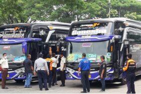 Petugas kesehatan memeriksa kru bus AKAP di Terminal Induk Giri Adipura Wonogiri, Rabu (25/3/2020). (Solopos/M. Aris Munandar)