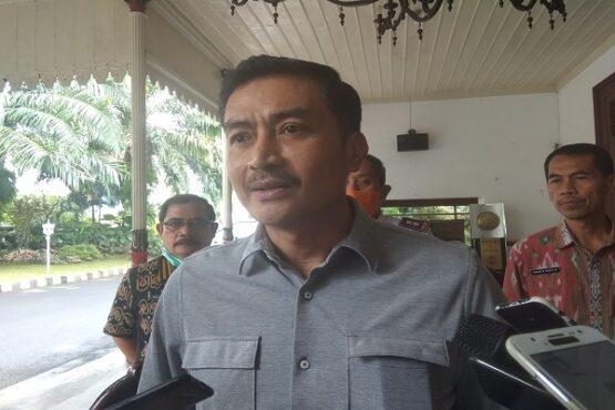 Wali Kota Salatiga, Yuliyanto, memberikan keterangan kepada wartawan terkait adanya satu pasien positif Covid-19 di Rumah Dinas Wali Kota, Selasa (31/3/2020). (Solopos/Nadia Lutfiana Mawarni)