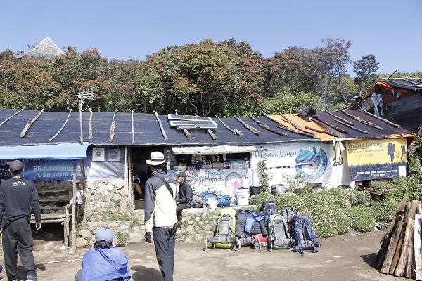 Warung Mbok Yem di Puncak Lawu Punya Panel Surya, Bisa Numpang Ngecas HP
