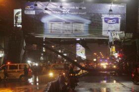 Jembatan penyeberangan orang (JPO) di depan Pasar Kartasura, Jl. Ahmad Yani, Sukoharjo, ambruk, Kamis (2/4/2020) malam. (Solopos-M. Ferri Setiawan)
