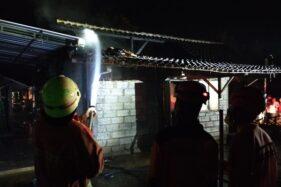 Petugas pemadam kebakaran berupaya memadamkan api yang melalap rumah warga di Kelurahan Gedong, Karanganyar, pada Selasa (31/3/2020). (Istimewa/Unit Damkar Karanganyar)