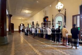 Berjemaah Salat di Masjid Menara Kudus, Protokol Kesehatan Dipegang Teguh