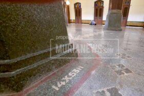 Salah satu inskripsi di dekat tiang penyangga Masjid Menara Kudus. (Murianews-Anggara Jiwandhana)