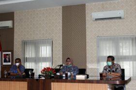 Bupati Sragen Yuni Sukowati (tengah) menyampaikan perkembangan penanganan kasus Covid-19 kepada wartawan di Aula Sukowati Setda Sragen, Kamis (2/4/2020). (Solopos/Tri Rahayu)