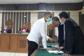 Bupati nonaktif Kudus H.M. Tamzil berkonsultasi dengan penasihat hukumnya dalam sidang di Pengadilan Tipikor Semarang, Senin (6/4/2020). (Antara-Immanuel Citra Senjaya)