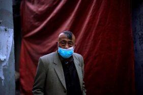 Penduduk Wuhan masih menggunakan masker setelah wabah virus corona merebak di wilayah tersebut, 12 April 2020. (Aly Song/Reuters)