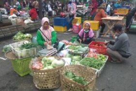 Pedagang pasar pagi Kota Salatiga membereskan barang dagangan mereka yang kini digelar di sepanjang Jl. Jenderal Sudirman, Senin (27/4/2020). (Semarangpos.com-Nadia Lutfiana Mawarni)