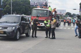Aparat Polres Salatiga melakukan penyemprotan disinfektan di jalan utama Kota Salatiga menggunakan mobil pemadam kebakaran, Selasa (31/3/2020). (Semarangpos.com-Polres Salatiga)