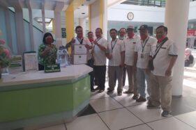 Anggota Paguyuban Guyub Rukun Saklawase Desa Gedangan, Kecamatan Grogol menyerahkan bantuan medis ke manajemen RS dr Oen Solo Baru, Grogol, Minggu (5/4/2020). (Istimewa/Sugeng Prasadja)