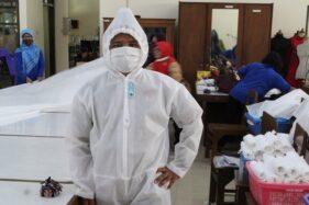 Guru SMKN 3 Klaten membuat baju alat perlindungan diri (APD) yang disumbangkan ke rumah sakit yang ada di Klaten, Rabu (1/4/2020). Pembuatan APD itu memanfaatkan dana urunan dari para guru. (Solopos/Taufiq Sidik Prakoso)