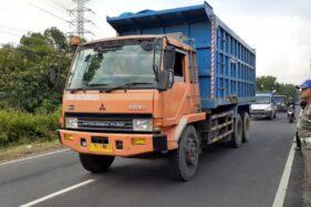 Kendaraan berat melewati Jalan Raya Munggut, Kecamatan Wungu, Kabupaten Madiun, Jumat (3/4/2020). (Abdul Jalil/Madiunpos.com)