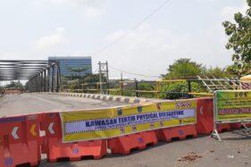 Jembatan Branjangan yang menjadi penghubung ke Kota Madiun ditutup oleh Pemkot Madiun untuk pencegahan persebaran corona, Jumat (3/4/2020). (Abdul Jalil/Madiunpos.com)