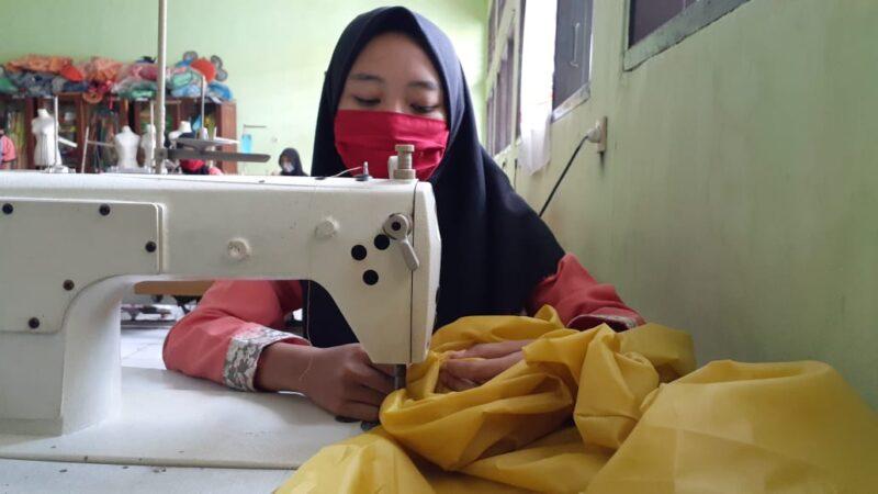 Siswi SMKN 4 Kota Madiun Bikin Baju APD