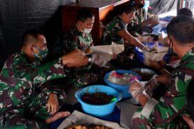 TNI/Polri Bikin Dapur Umum Bantu Warga Terdampak Covid-19 di Karanganyar