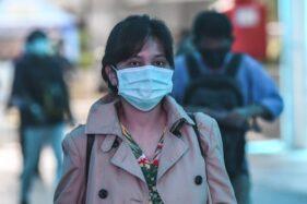 Ilustrasi warga pakai masker di luar rumah (Antara)