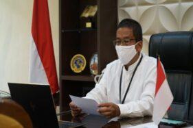 Rektor UNS Solo Jamal Wiwoho di ruang kerjanya melakukan jumpa pers secara daring dengan wartawan, Senin (27/4/2020). (Istimewa/UNS Solo)