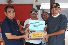 Manajer Persis Solo, Hari Purnomo (kiri), memberikan bantuan sembako secara simbolis pada Kepala Desa Pranan, Polokarto, Sukoharjo, Sarjanto, di Balai Desa Pranan, Sabtu (4/4/2020). (Istimewa)