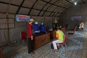 Pria berstatus orang dalam pemantauan (ODP) berinisial K menjalani screening di Posko Covid-19 Solo, depan Graha Wisata Niaga, Jl. Slamet Riyadi, Solo, Jumat (10/4/2020). (Espos/Nicolous Irawan)