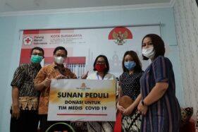 The Sunan Hotel Solo menyerahkan donasi untuk tenaga medis melalui PMI Solo. (Istimewa)