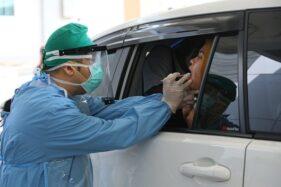 Seorang petugas medis RSND Undip Semarang tengah mengambil spesimen dari pasien yang melakukan tes dengan metode PCR, Rabu (22/4/2020). (Semarangpos.com-Humas Pemprov Jateng)