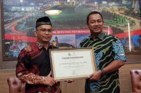 Rektor UIN Walisongo Semarang memberikan penghargaan Tokoh Konservasi kepada Walikota Semarang. (Istimewa)