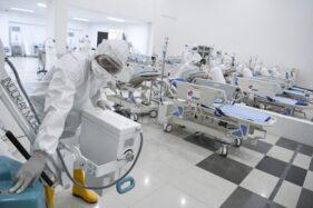 Petugas kesehatan memeriksa alat kesehatan di ruang IGD Rumah Sakit Darurat Penanganan Covid-19 Wisma Atlet Kemayoran, Jakarta, Senin (23/3/2020). (Antara/Hafidz Mubarak A.)