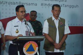 Gubernur DKI Jakarta Anies Baswedan (kiri) didampingi Ketua Gugus Tugas Percepatan Penanganan COVID-19 Doni Monardo (kanan) memberikan keterangan pers, Rabu (18/3/2020). (Antara-Dewanto Samodro)