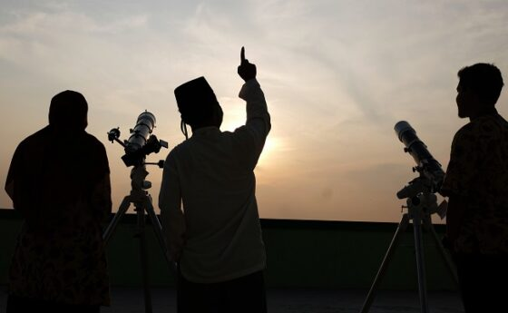 Pengamatan hilal Tim Astronomi dan Ilmu Falak dari MAN 1 Solo, Kamis (23/4/2020). Hasil Sidang Isbat menetapkan 1 Ramadan 1441 Hijriah jatuh pada 24 April 2020 artinya hari pertama akan dimulai besok. (Antara/Maulana Surya)