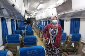 Seorang penumpang kereta api mengenakan masker. (Istimewa-KAI Daop VII Madiun)