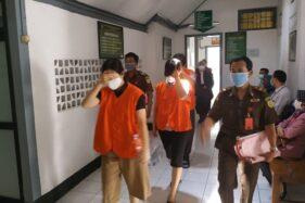 Tiga terdakwa pegawai Bank UOB seusai mengikuti sidang perdana dugaan kejahatan perbankan di Pengadilan Negeri Solo, Selasa (22/4/2020) siang. (Solopos/Ichsan Kholif Rahman)