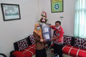 Puskesmas Ampel, Boyolali, mendapat bantuan APD dari salah satu anggota DPRD Boyolali, Rabu (8/4/2020). (Solopos/Bayu Jatmiko Adi)