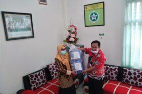Petugas Puskesmas Ampel mendapat bantuan baju APD dari salah satu Anggota DPRD Boyolali, Rabu (8/4/2020). (Espos/Bayu Jatmiko Adi)