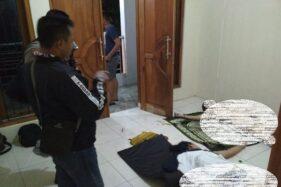 Mayat pria dan wanita tergeletak di rumah kontrakan di Banyuanyar, Kecamatan Banjarsari, Kota Solo, Kamis (9/4/2020) dini hari. (Istimewa)