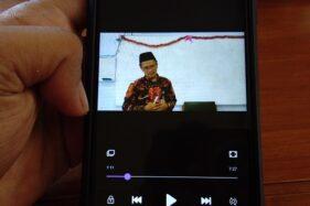 Pujiono, 44, guru SD Muhammadiyah Program Khusus Banyudono, Boyolali, memberikan materi pembelajaran kepada muridnya melalui video, Kamis (9/4/2020). (Espos/Bayu Jatmiko Adi)