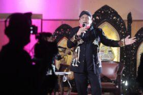 Penyanyi campur sari Didi Kempot tampil dalam Konser amal dari rumah di sebuah tempat di Laweyan, Solo, Sabtu (11/4) malam. Konser amal tersebut digelar untuk membantu masyarakat Indonesia yang kehilangan pendapatan selama pandemi virus corona. (Solopos.com/Sunaryo Haryo Bayu)