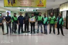 Mitra Gojek Soloraya menyumbangkan alat kesehatan untuk paramedis di RS dr Oen Kandangsapi Solo. (Istimewa/Gojek)