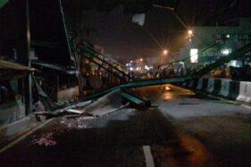 Jembatan penyeberangan orang depan Pasar Kartasura, Sukoharjo, ambruk tersenggol truk bermuatan kertas, Kamis (2/4/2020) malam. (Solopos FM-Heru Cahyono)