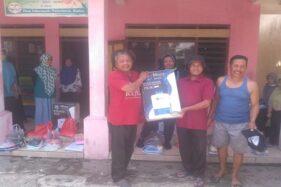 Kades Sidowayah, Polanharjo, Klaten, Mujahid Jaryanto (kiri depan), saat membagikan alat penyemprot ke RT/RW di desa setempat, Sabtu (4/4/2020). (Istimewa)