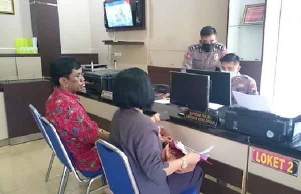 Kades Karangtengah, Wonogiri, Bambang Daryono (kiri) didampingi pengacaranya, Asri Purwanti, melapor ke Polres Wonogiri, belum lama ini, Kamis (26/3/2020) lalu. (Istimewa/Asri Purwanti)
