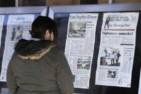 Ilustrasi orang membaca koran. (Reuters)