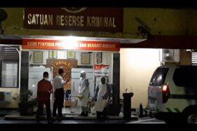 Sebuah mobil ambulans RSUD Kota Solo merapat di depan Satreskrim Polresta Solo Selasa (7/4/2020) pukul 20.00 WIB.  (Solopos-Kurniawan)