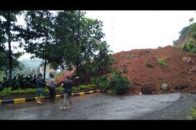 Jalur utama menuju selatan Cianjur, Jawa Barat, tepatnya di Desa Sukanagara, Kecamatan Sukanagara, terputus akibat longsor setinggi 5 meter dengan panjang 20 meter, sehingga menyebabkan arus kendaraan tidak dapat melintas, Kamis (9/4/2020) (Ahmad Fikri)