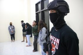 Macan Lawu Polres Karanganyar mengamankan enam pasangan tidak resmi saat menggelar operasi pekat di sejumlah hotel dan penginapan di Karangpandan dan Tawangmangu pada Sabtu (4/4/2020). (Istimewa/Humas Polres Karanganyar)