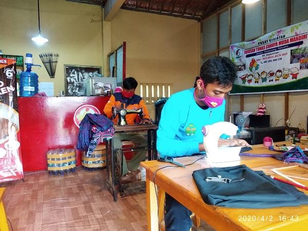 Prihatin Wabah Corona, Sukarelawan di Wonogiri Bikin Masker Kain Untuk Dibagikan Gratis
